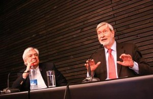 El filósofo italiano junto a Ernesto Ottone, Director de la Cátedra Globalización y Democracia de la UDP.